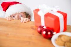 Dziecko patrzeje boże narodzenie teraźniejszość Zdjęcia Royalty Free