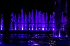 Dziecko patrzeje colorfull fontannę Obraz Stock