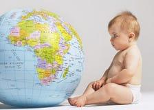 Dziecko Patrzeje Nadmuchiwaną kulę ziemską Fotografia Royalty Free