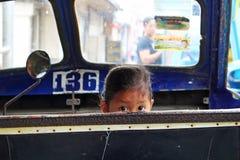 Dziecko patrzeje od trycicle Fotografia Royalty Free