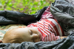 Dziecko śpi w sypialnej torbie Fotografia Royalty Free