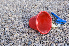 Dziecko piaska zabawki nad kamienistym boiskiem Zdjęcie Stock