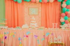 Dziecko pieluszki tort zamknięty w górę obuwianego dziecko berbecia małej herbaty obrazy royalty free