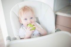 Dziecko pierś je zielonego jabłka fotografia stock