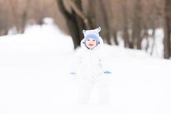 Dziecko pierwsi kroki w śniegu Zdjęcie Royalty Free