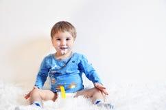 Dziecko pije jogurt Zdjęcie Stock