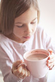 Dziecko pije kakao obrazy stock