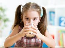 Dziecko pije mleko od szkła Zdjęcia Stock