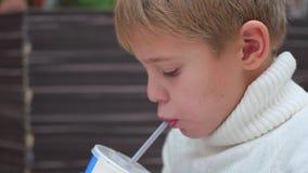 Dziecko pije od słoma carbonated napoju zbliżenia zbiory wideo
