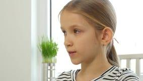 Dziecko Pije sok pomarańczowego, dzieciak przy śniadaniem w kuchni, dziewczyny Kosztować Świeży zbiory wideo