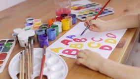 Dziecko pisze listach z muśnięciem na białym prześcieradle papier zbiory wideo