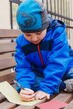 Dziecko pisze piórze na papierze zdjęcie royalty free