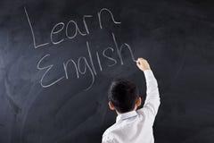 Dziecko pisze tekscie Uczy się angielszczyzny fotografia stock