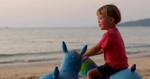 Dziecko plaża bawić się zabawki zbiory