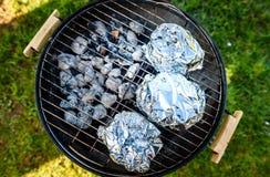 Dziecko plecy Żebruje korony pieczeń na BBQ grilla czajnika grillu fotografia stock