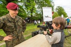 Dziecko podczas demonstraci wojskowy i sprzęt ratowniczy w struktura roczniku Polerujemy obywatela Fotografia Royalty Free