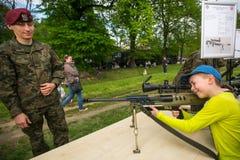 Dziecko podczas demonstraci wojskowy i sprzęt ratowniczy w struktura roczniku Polerujemy obywatela Zdjęcie Stock