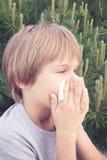 Dziecko podmuchowy nos z tkankowym papierem przy parkiem zdjęcia stock