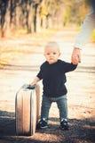 Dziecko podróż na wakacje z walizką Dzieciak z upakowanym bagażu, rodziny i dziecka wakacje, zdjęcia royalty free