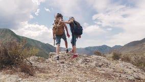 Dziecko podróżnicy z plecakami pojęcie przygoda i nowi odkrycie dwa małej dziewczynki iść przeciw zbiory wideo