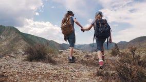 Dziecko podróżnicy z plecakami pojęcie przygoda i nowi odkrycie dwa małej dziewczynki iść przeciw zbiory