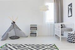 Dziecko pokój z białym łóżkiem polowym Obraz Royalty Free