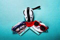 Dziecko pokrywa w postaci myszy na błękitnym tle i okulary przeciwsłoneczni zdjęcia stock