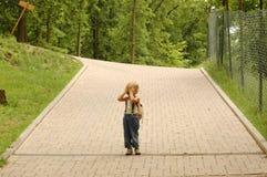 dziecko pokrywy stawiają czoło jego Fotografia Royalty Free