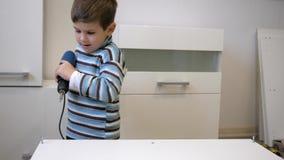 Dziecko pomaga rodzica meble naprawie, dzieciak z śrubą podczas zgromadzenie drewniany meble w domu zbiory