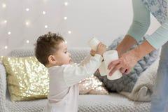 Dziecko pomoce ty projektujesz wnętrze boże narodzenia Zdjęcia Royalty Free