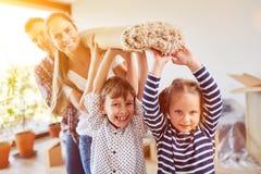 Dziecko pomocy odzieży rodzinny dywan obrazy royalty free