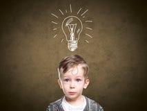 Dziecko pomysł z szkic lampą, chłopiec przychodził up z pomysłem obrazy royalty free