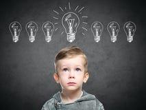 Dziecko pomysł z szkic lampą, chłopiec przychodził up z pomysłem fotografia stock