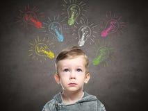 Dziecko pomysł z szkic lampą, chłopiec przychodził up z pomysłem zdjęcia stock