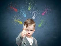 Dziecko pomysł z szkic lampą, chłopiec przychodził up z pomysłem obraz stock