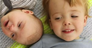 Dziecko portreta śmieszny młodszy brat i siostra policzek policzek zdjęcie wideo