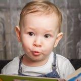 Dziecko powtarza dźwięki od audio książki Fotografia Stock
