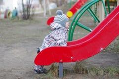 Dziecko pozycja obruszeniem na boisku Obrazy Royalty Free