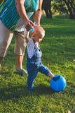 Dziecko próbuje sztukę w piłce nożnej lub futbolu Obrazy Royalty Free