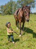 Dziecko prowadzi konia Obrazy Royalty Free