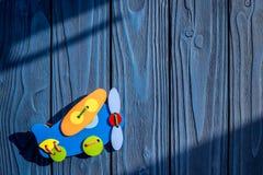 Dziecko prysznic dekoracja dla narodziny dziecka świętowanie na błękitnym tło odgórnego widoku egzaminie próbnym up Zdjęcie Stock