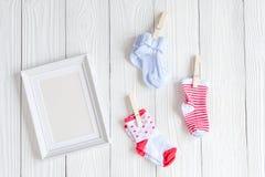 Dziecko prysznic - pusta obrazek rama na drewnianym tle Zdjęcie Stock