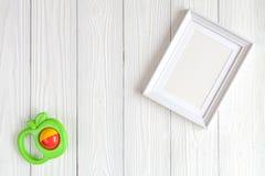 Dziecko prysznic - pusta obrazek rama na drewnianym tle Fotografia Royalty Free