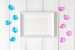 Dziecko prysznic - pusta obrazek rama na drewnianym tle Obrazy Stock