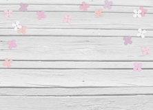Dziecko prysznic, urodzinowy dzień, ślubna mockup scena z białym drewnianym tłem, kwiecisty papierowy bez lub hortensja confetti, Obrazy Royalty Free