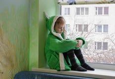 Dziecko przeciw okno Zdjęcia Stock