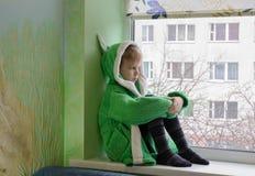 Dziecko przeciw okno obraz stock