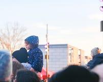 Dziecko przejażdżka na ojca dopatrywania naramiennej paradzie obrazy stock