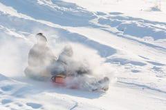 Dziecko przejażdżka na tubingu Zimy rozrywka Narciarstwo w zimie Śnieżna zabawa w zimie Zabawa w zimie tubing Fotografia Stock