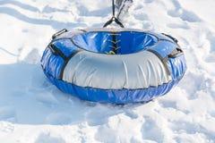 Dziecko przejażdżka na tubingu Zimy rozrywka Narciarstwo w zimie Śnieżna zabawa w zimie Zabawa w zimie tubing Obrazy Stock